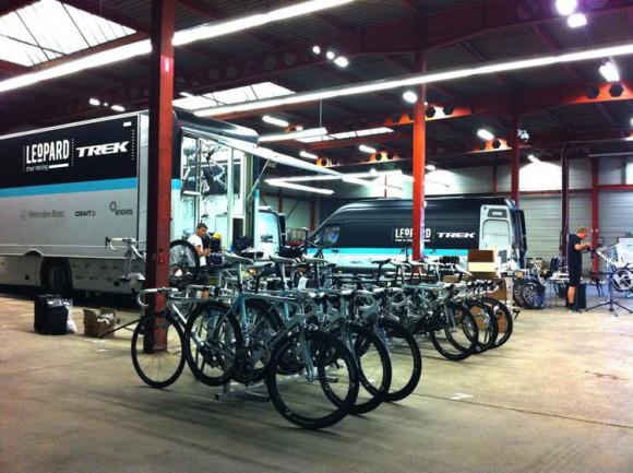 фото-экскурсия в детали жизни команды Leopard-Trek, команды уровня Pro-Tour, которая на данный момент готовится к главной многодневной гонке года Tour De France. 272114_173723032692394_114212335310131_484504_5008674_o