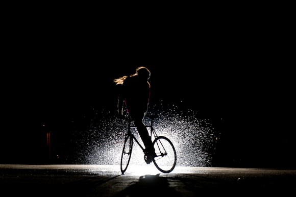 Что нужно для установления мистической связи между велосипедистом и велосипедом? Фиксед! Fixed-gear-water-skid_0
