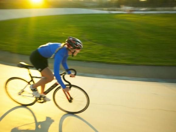 Боли в коленях Woman-riding-bicycle